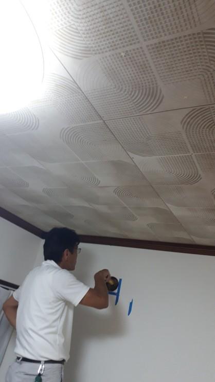 室内から換気扇の位置をマーキング。
